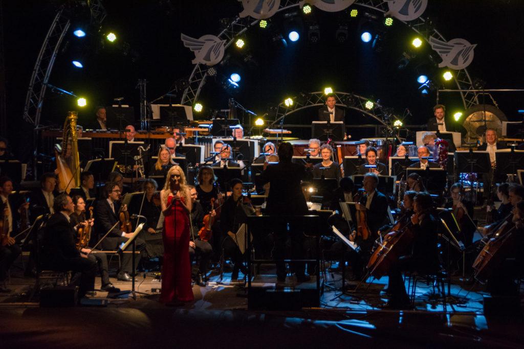 Julie Elven zingt met NNO tijdens EuroSonic